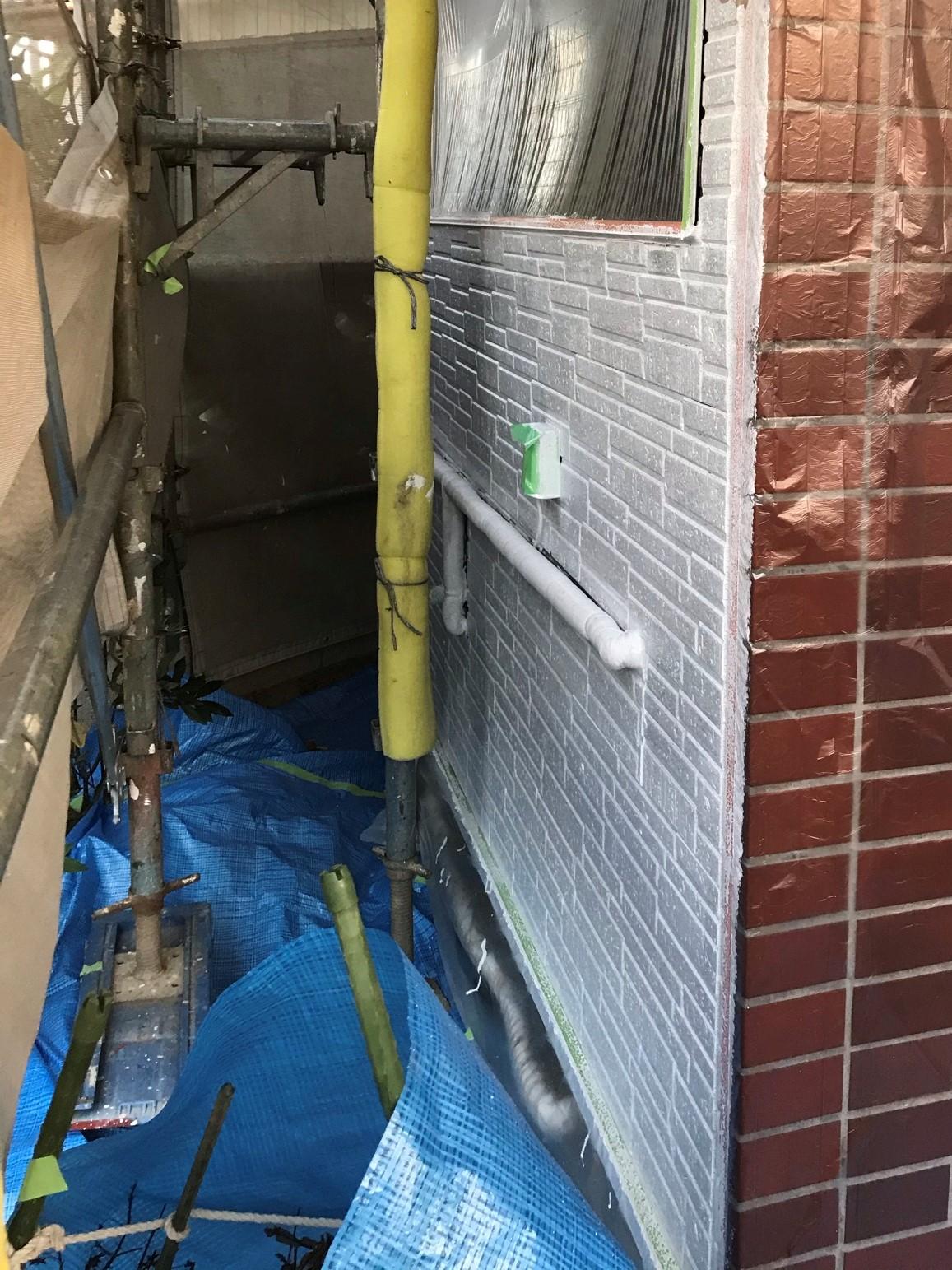伊奈町外壁塗装エポパワーシーラーで下塗り