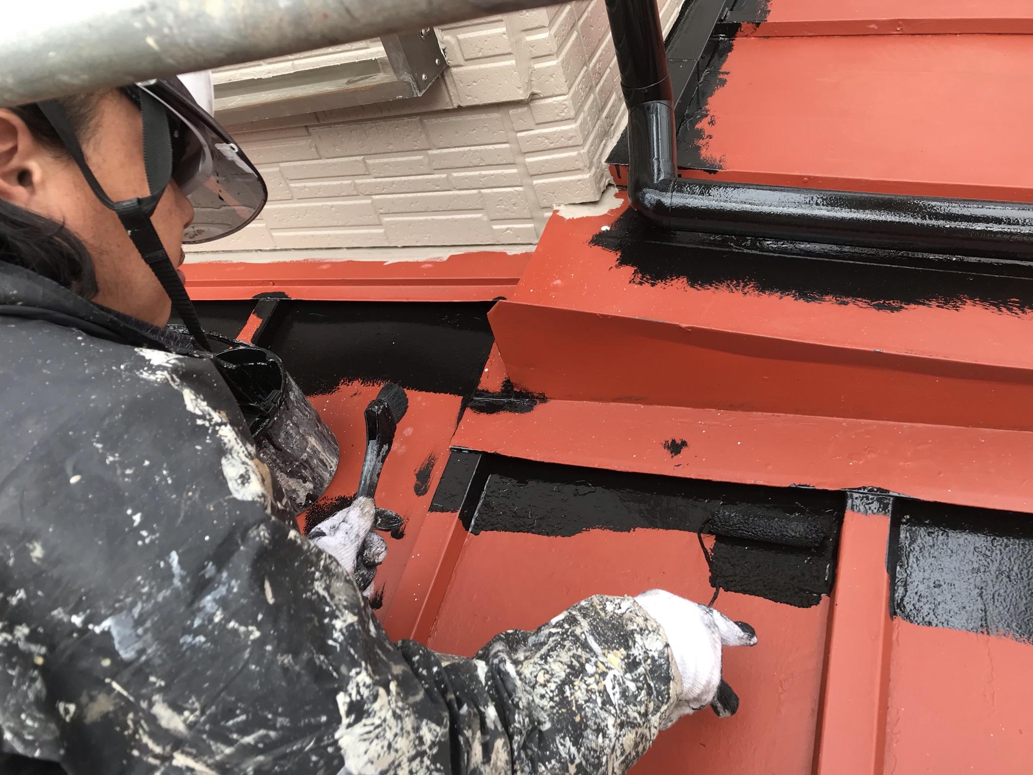 伊奈町トタン下屋根の中塗り塗装開始