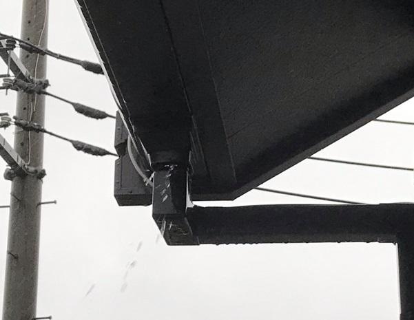 伊奈町西小針 雨樋から雨漏れ? ズレ落ちている竪樋の補修を行いました。