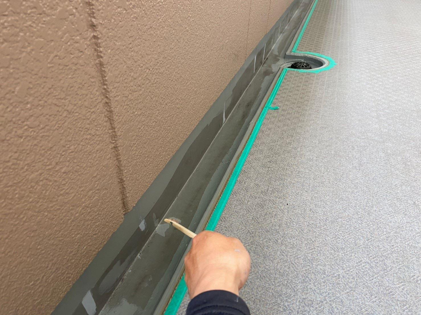 さいたま市北区マンション共用部廊下巾木&溝に防水トップ用プライマー塗布