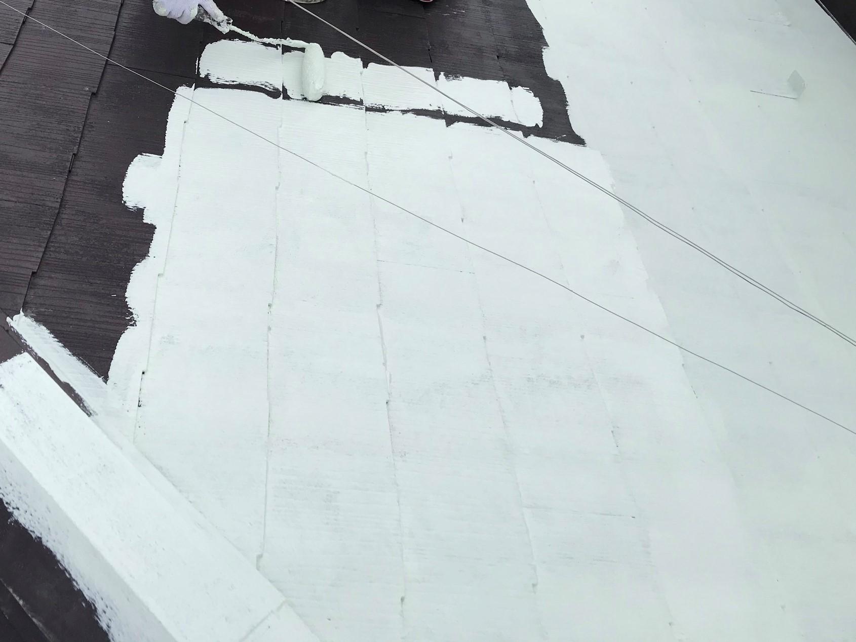 上尾市で遮断熱塗料「キルコ」での屋根塗装中塗り作業