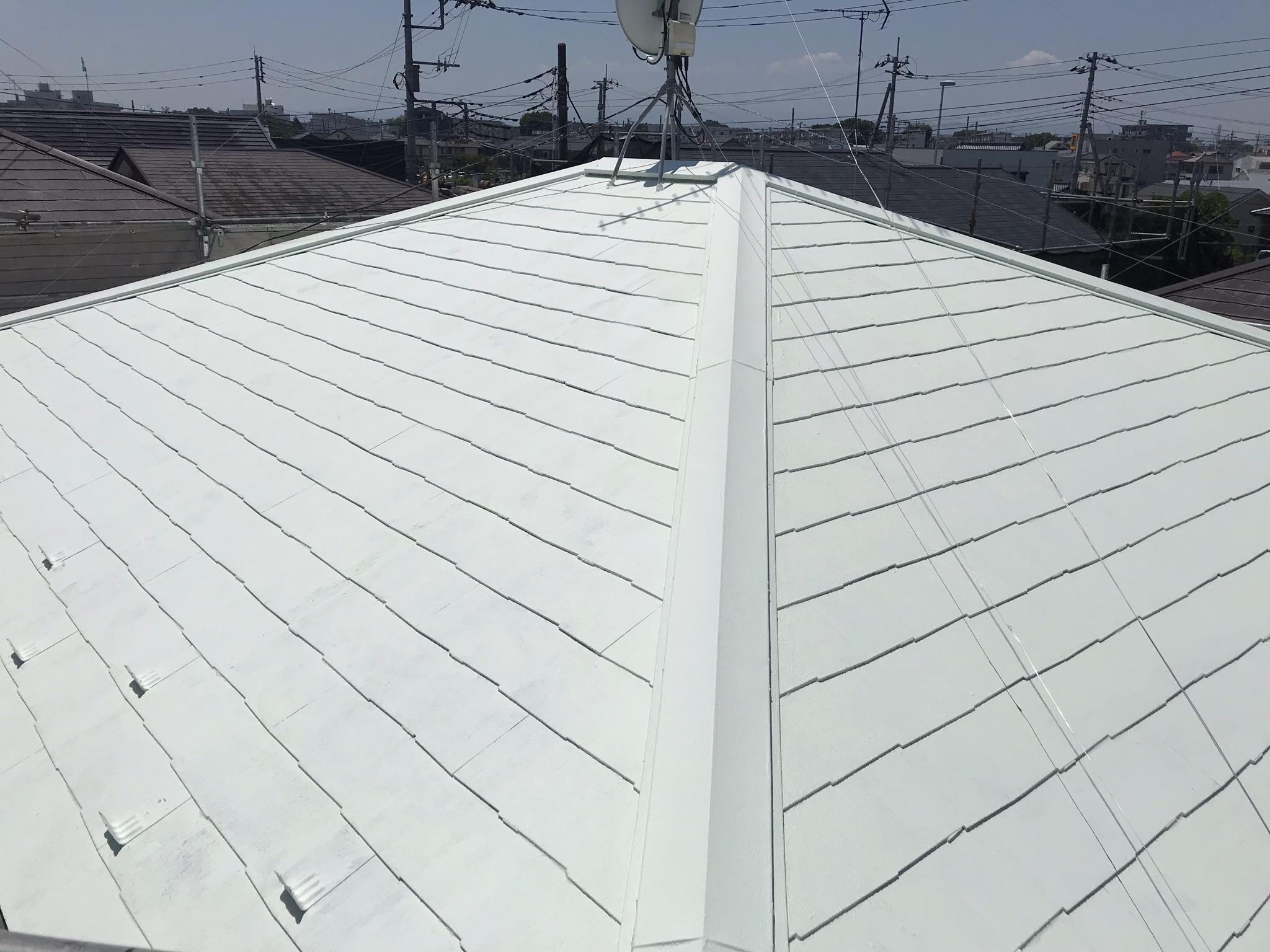 上尾市遮断熱塗料で屋根塗装中塗り完了