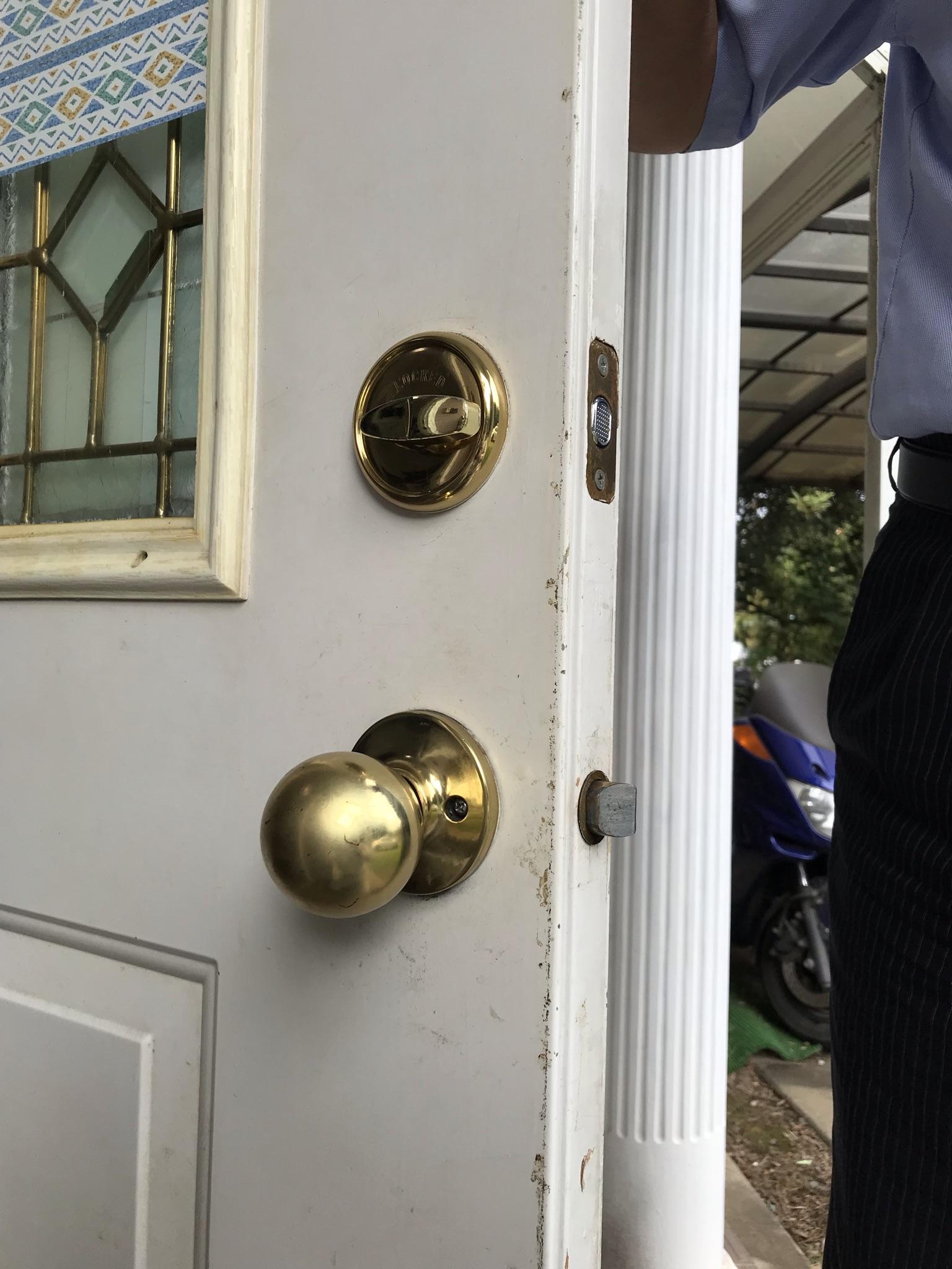 伊奈町輸入住宅全体メンテナンス工事で不具合の玄関ドア錠交換内側工事前