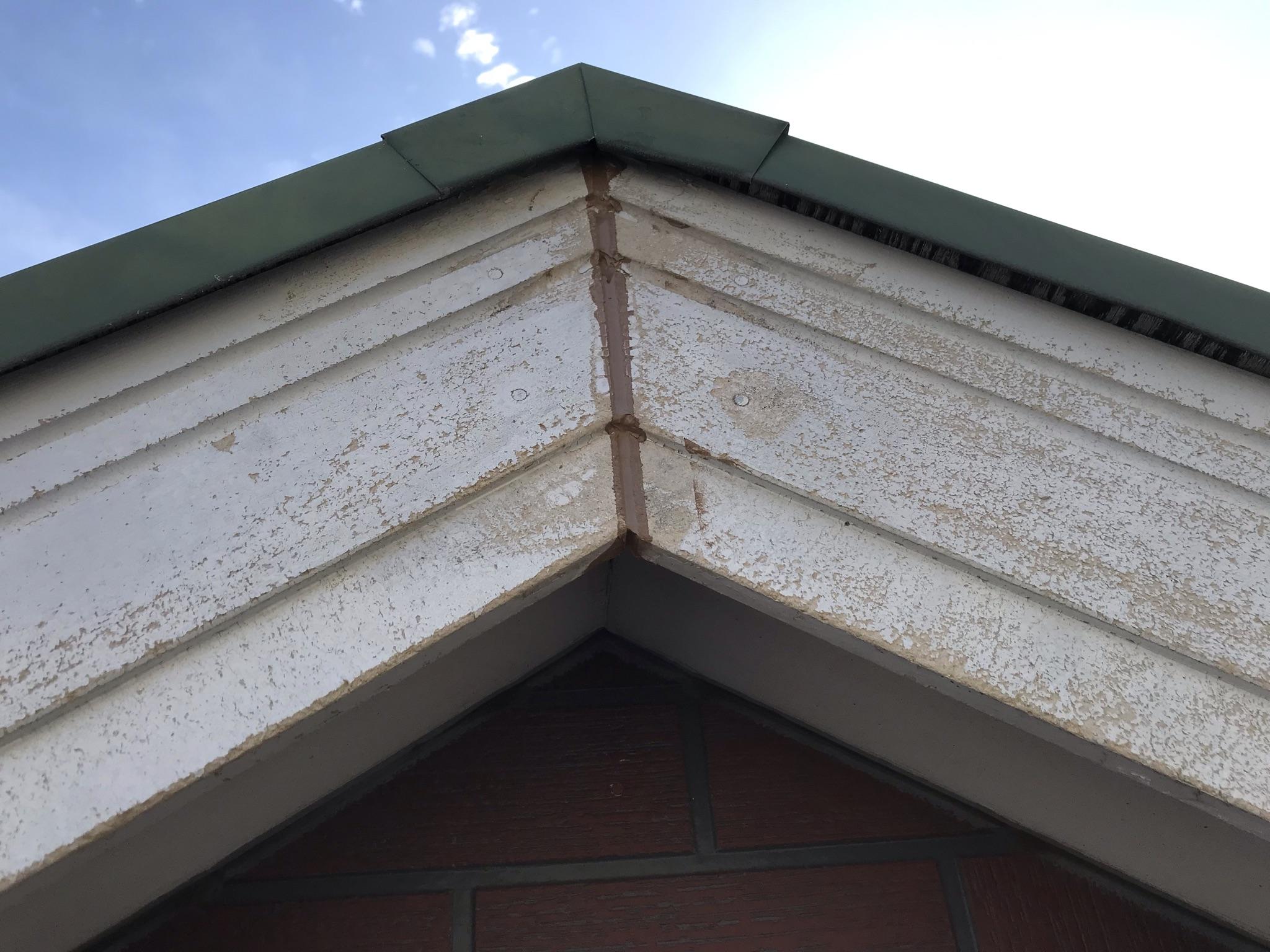 伊奈町輸入住宅外壁塗装前に破風板コーキング補修その1