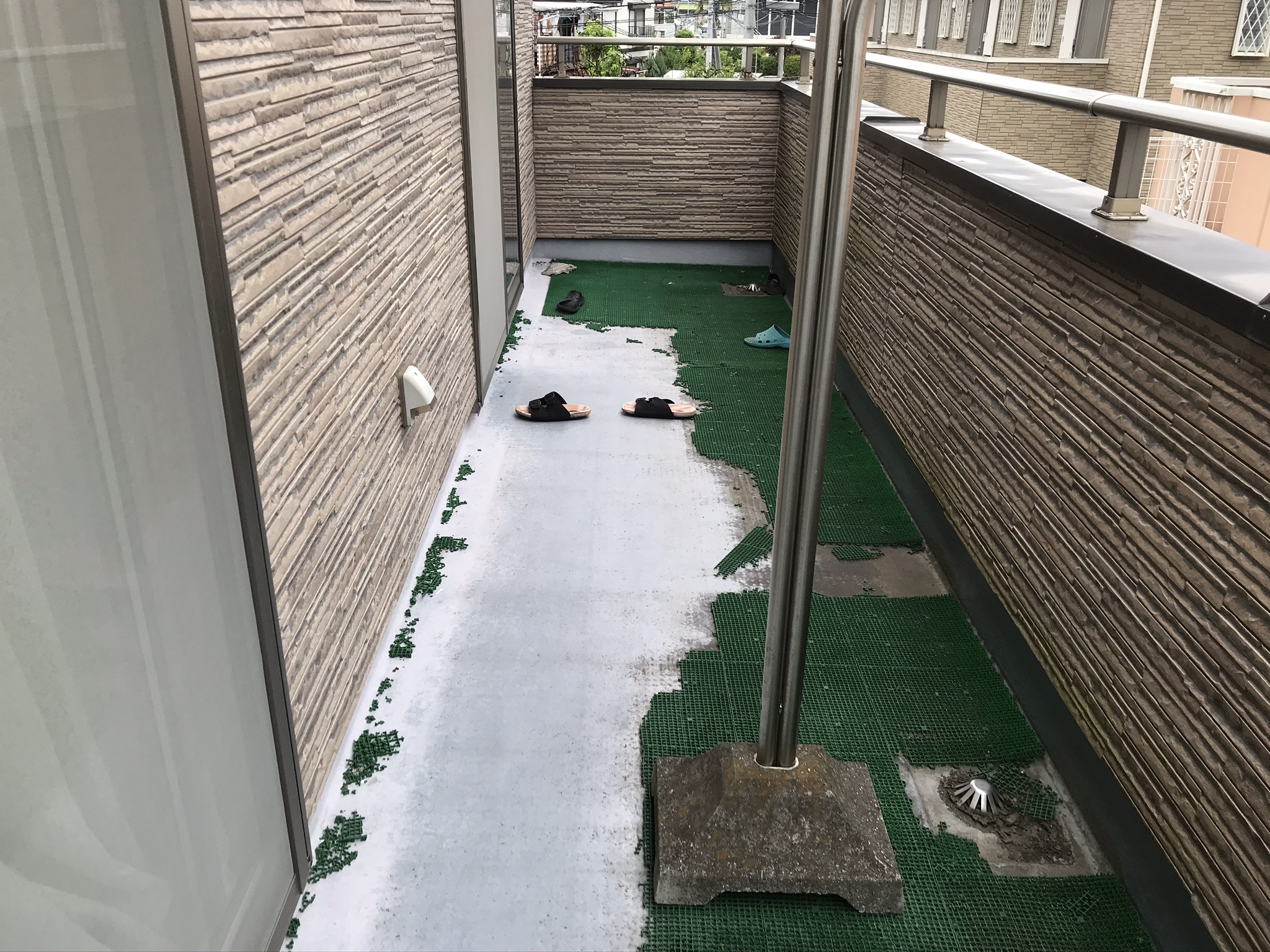 伊奈町の外壁塗装前点検ベランダ床の劣化