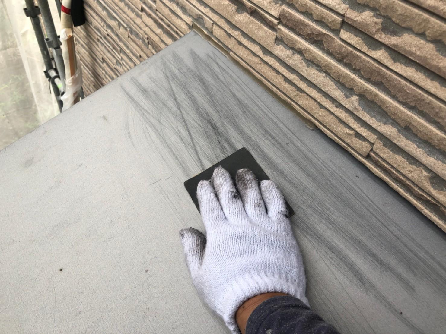 伊奈町の外壁塗装作業付帯部分鉄部庇の塗装前ケレン