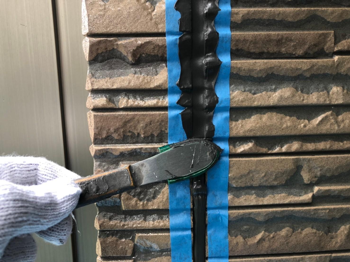 伊奈町外壁の劣化した目地シーリング打替え充填した「オートンイクシード」をへらで均す