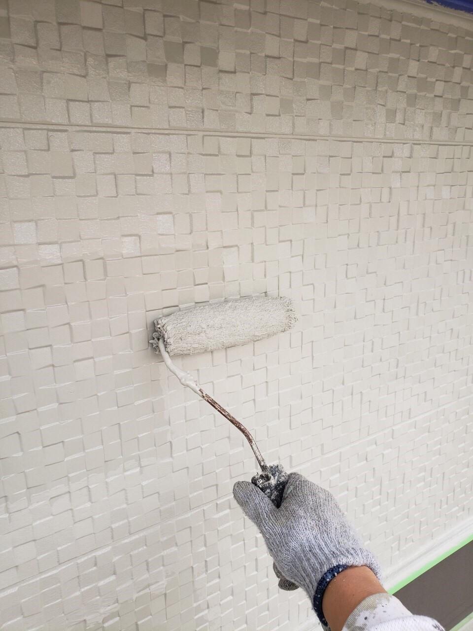上尾市で外壁塗装上塗り作業