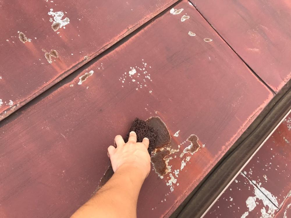 トタン屋根の塗装前ケレン作業