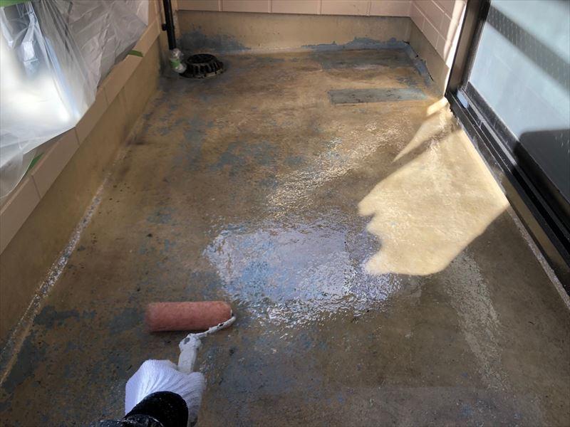 バルコニー床プライマー塗り