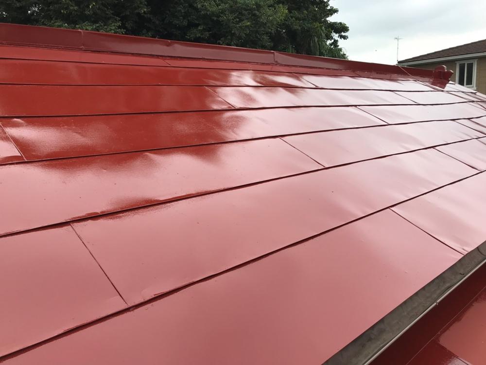 高耐久性シリコン塗料でトタン屋根の中塗り終了