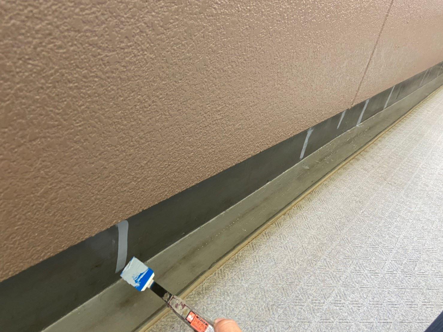 さいたま市北区マンション共用部廊下巾木コーキング剤均し作業