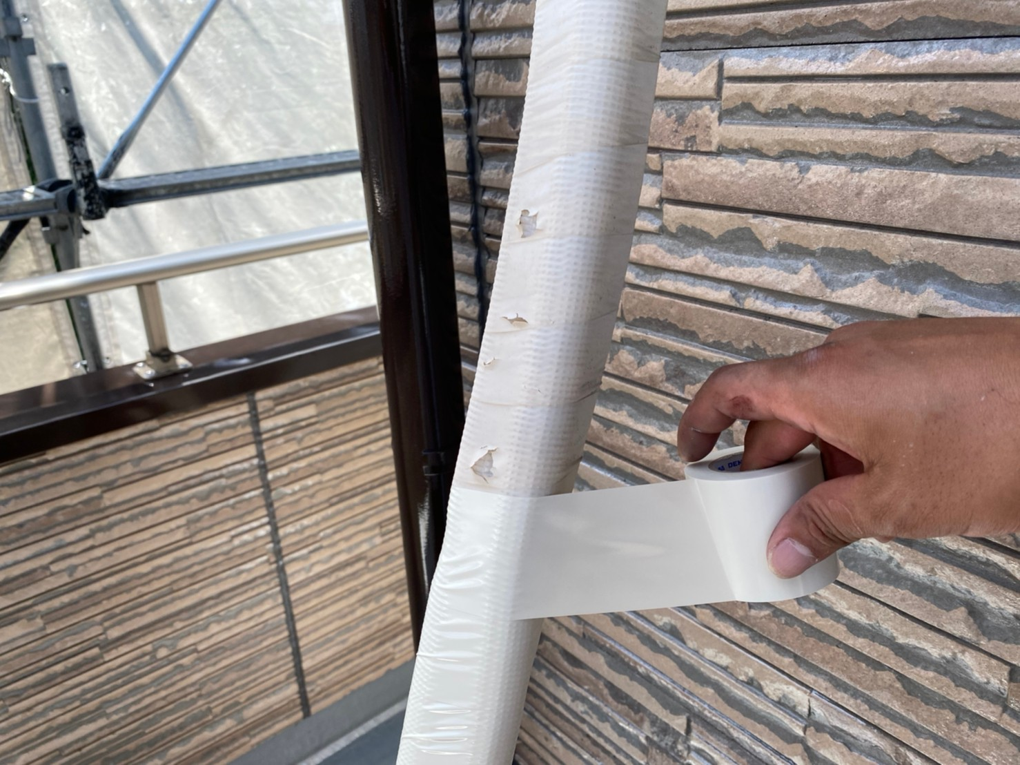 伊奈町外壁塗装時にエアコン配管の劣化テープを巻き直し