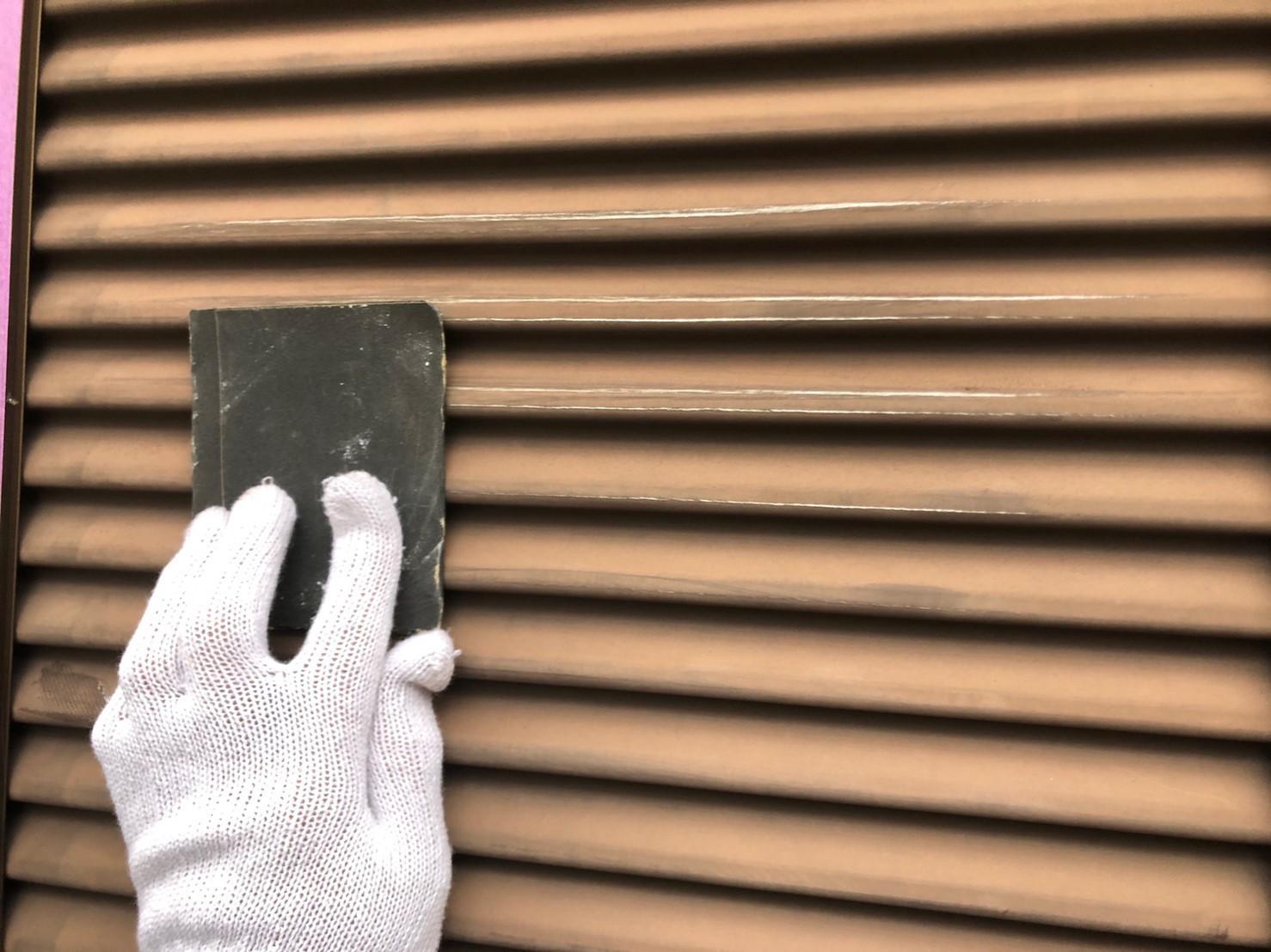 さいたま市岩槻区戸袋防さび塗料塗布前にケレン作業