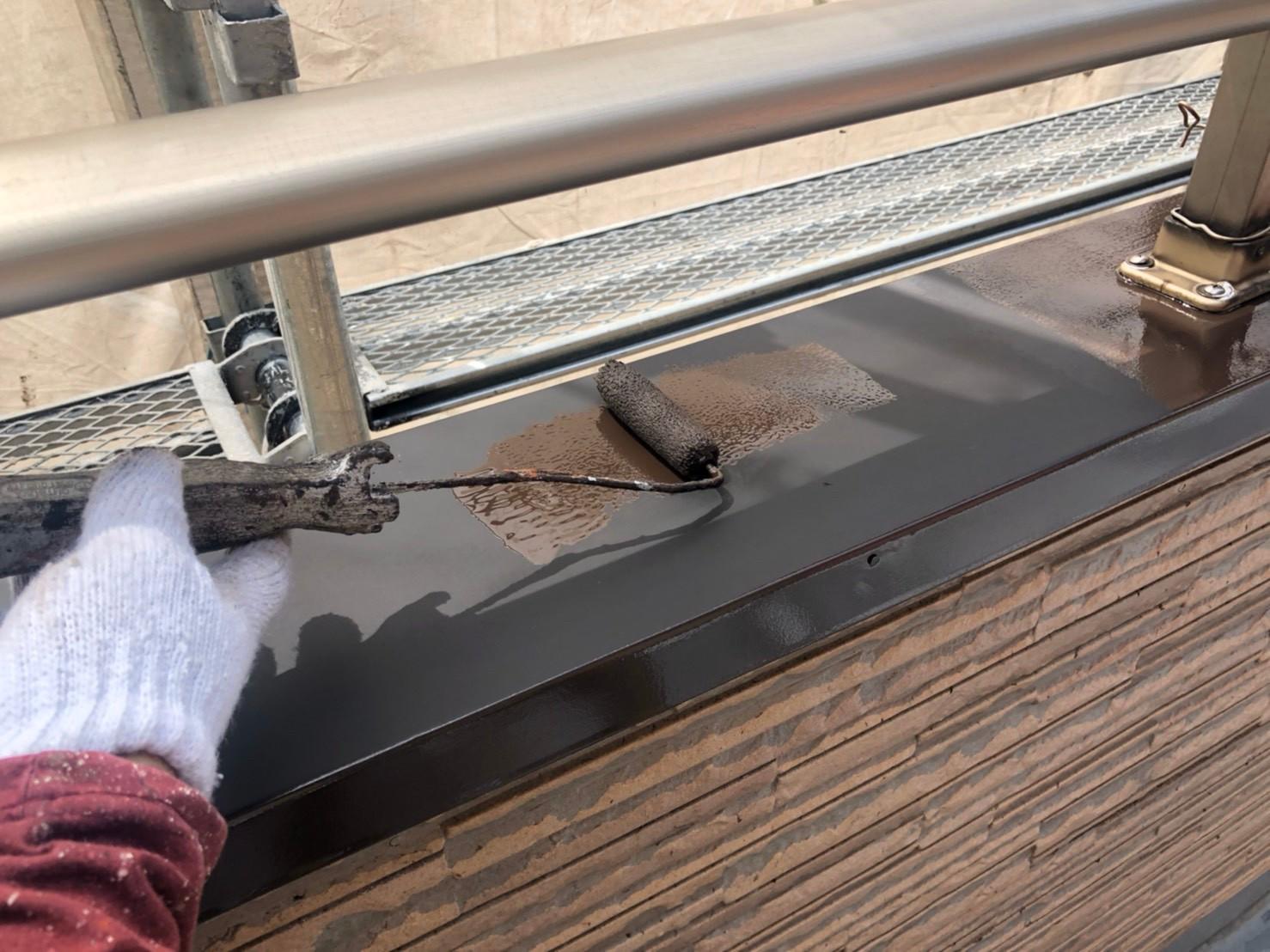 伊奈町外壁塗装付帯鉄部塗装笠木部分の中塗り塗装作業
