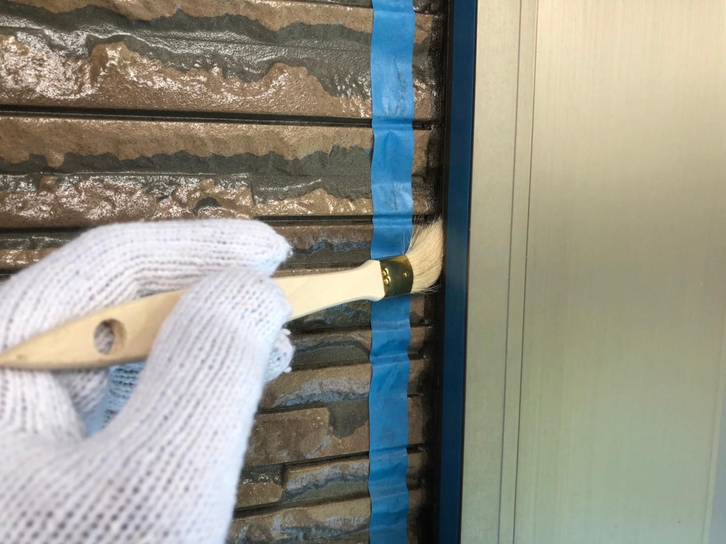 伊奈町外壁塗装時の「シーリング増し打ち」プライマー塗布作業