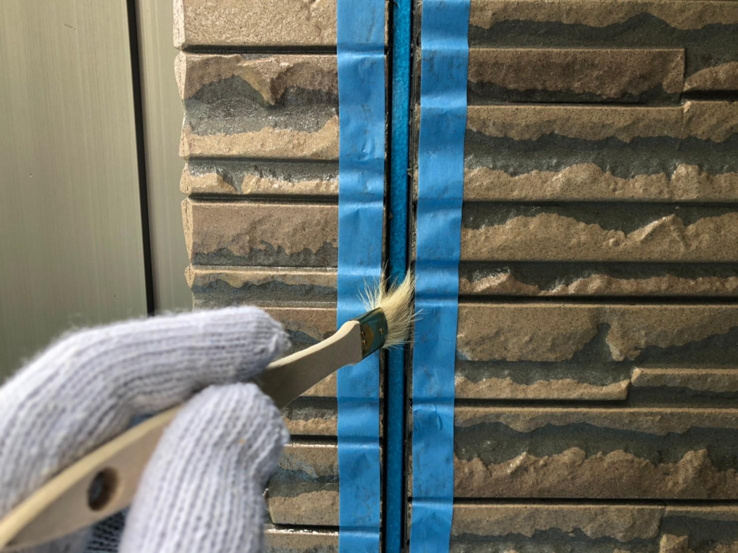 伊奈町外壁の劣化した目地シーリング打替えプライマー塗布作業